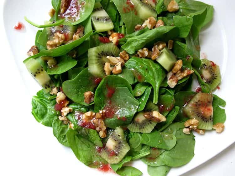 Spinaziesalade met kiwi en aardbei