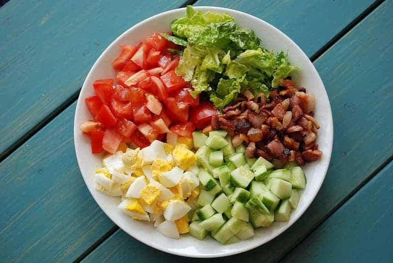 Bacon, ei, avocado en tomaat salade
