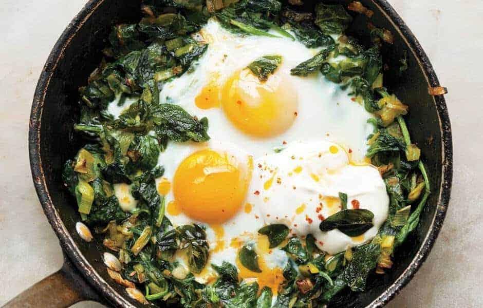 Gebakken eieren met spinazie en yoghurt