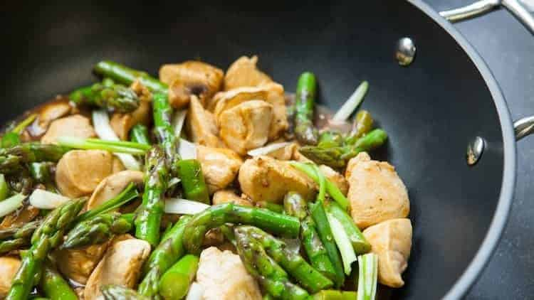 Gebakken kipfilet, asperges en champignons