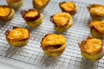 Heerlijke ontbijtmuffins met bacon en ei.