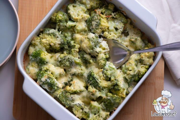 Vandaag deel ik met jullie een makkelijk en snel recept voor een broccoli-ovenschotel met kaas. Deze broccolischotel is romig, fris en laag in koolhydraten! #koolhydraatarm #ovenschotel #broccoli #diner #recepten