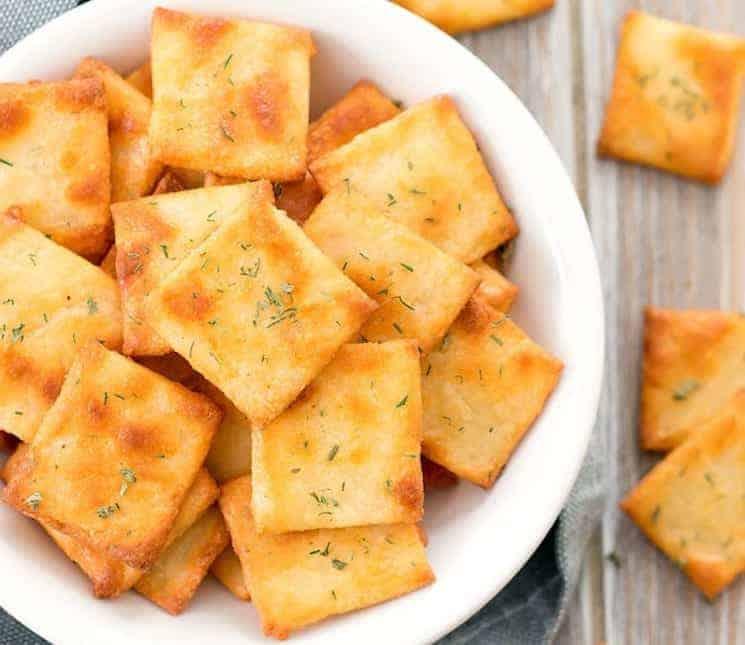 Deze koolhydraatarme kaascrackers zijn makkelijk om te maken en lekker om te eten als ontbijt of snack met gerookte zalm, roomkaas of een plakje kaas. #koolhydraatarm #fathead #crackers #gezond #ontbijt