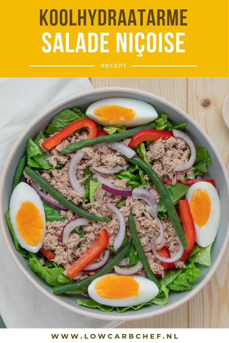 Deze koolhydraatarme salade niçoise is lekker, voedzaam en gezond! In dit recept heb ik de aardappelen vervangen met extra groente. Je kunt de salade serveren als lunch of als hoofdgerecht bij het diner. #koolhydraatarm #salade #lunch #diner #ei #vis