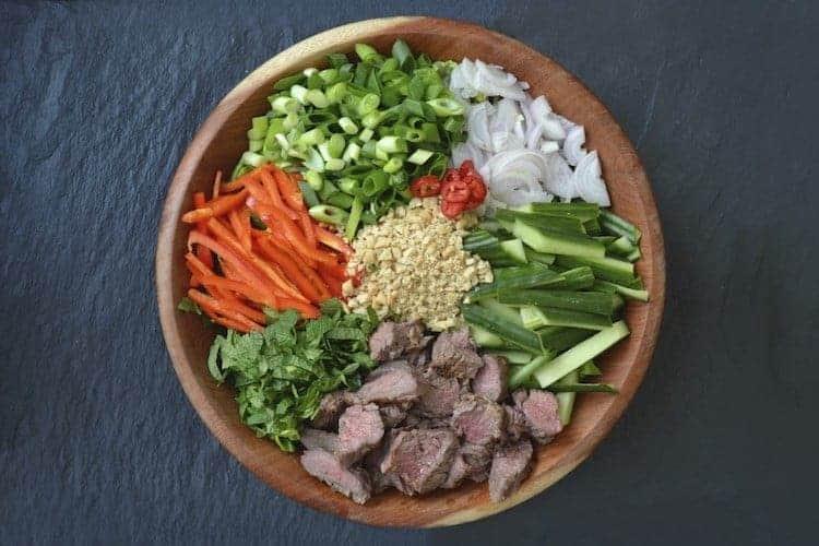 Deze pittige Thaise biefstuksalade is lekker, voedzaam en gezond. Een portie bevat maar liefst 41,5 gr eiwit en slechts 10,4 gr koolhydraten. #koolhydraatarm #salade #gezondeten #recepten