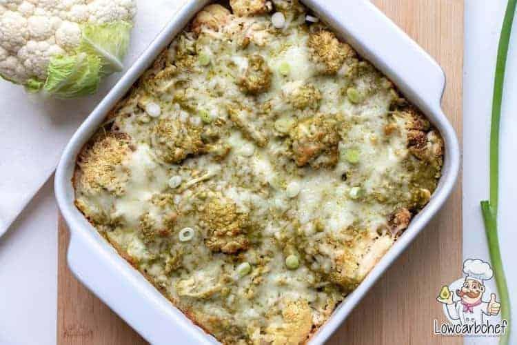 Deze bloemkool ovenschotel met kip en pesto is lekker, gezond en super makkelijk om te maken. Een portie bevat slechts 5,9 gr koolhydraten.  #koolhydraatarm #ovenschotel #diner #gezondeten