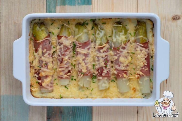 Met dit recept maak je een heerlijke koolhydraatarme witlofschotel met ham, kaas en bloemkoolpuree. Super lekker en gezond! #koolhydraatarm #witlof #winter #avondeten