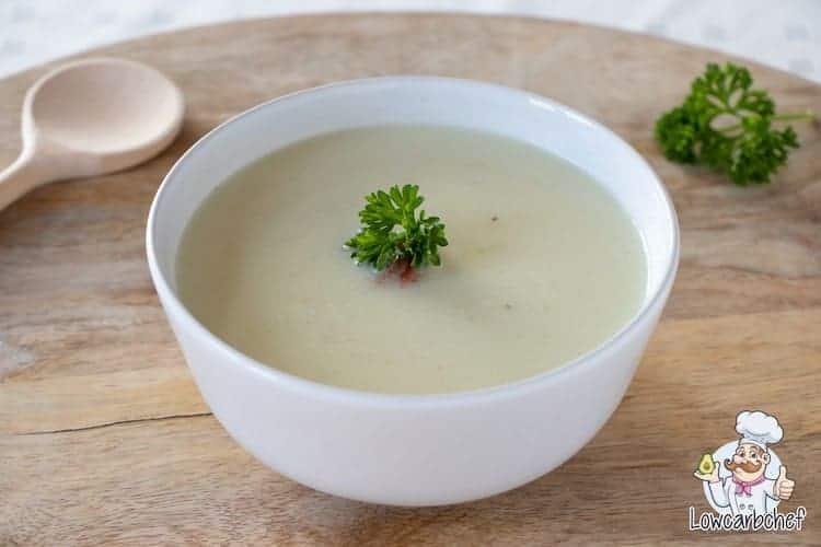 Deze koolhydraatarme knolselderij soep is lekker, voedzaam en gezond. Dit winterse soepje kun je serveren als voorgerecht met een sneetje kha brood. #koolhydraatarm #soep #knolselderij #winter