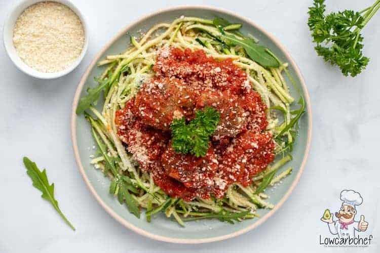 Deze courgetti met gehaktballetjes in tomatensaus is lekker, voedzaam en gezond! Dit pastagerecht is zowel koolhydraatarm als glutenvrij. #koolhydraatarm #glutenvrij #pasta #spaghetti