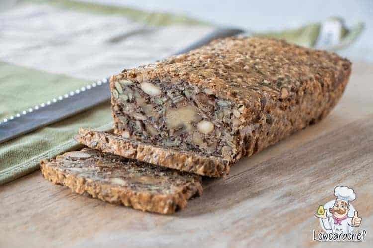 Dit Deense notenbrood is gezond, vullend en super makkelijk om te maken! Een lekker koolhydraatarm alternatief voor witbrood of bruinbrood.  #koolhydraatarm #noten #brood #gezond