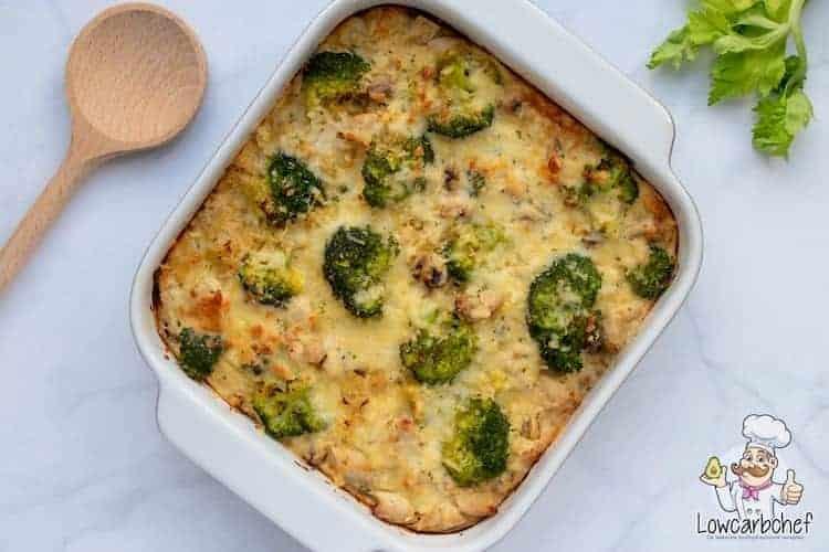 Deze koolhydraatarme ovenschotel is rijk gevuld met kip, champignons, broccoli en bloemkoolrijst. Een portie slechts 6,8 gr koolhydraten! #koolhydraatarm #ovenschotel #diner