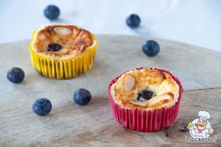 Deze koolhydraatarme mini cheesecakes hebben alles in huis om je zoete cravings te stillen. Ze zijn zacht, romig en friszoet. De perfecte keto snack! #koolhydraatarm #keto #cheesecake