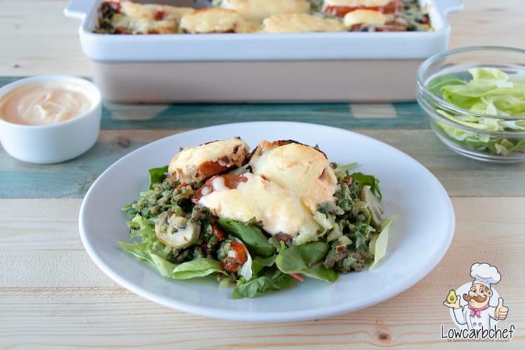 Spinazieschotel met sla en kaassaus.