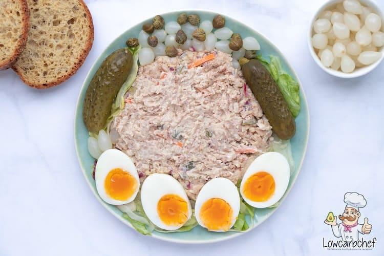 Huzarensalade met ei en tafelzuren.