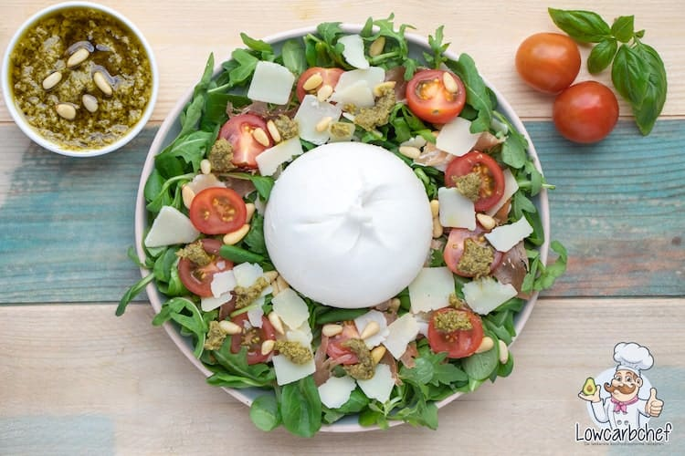 Salade met burrata, pesto en prosciutto