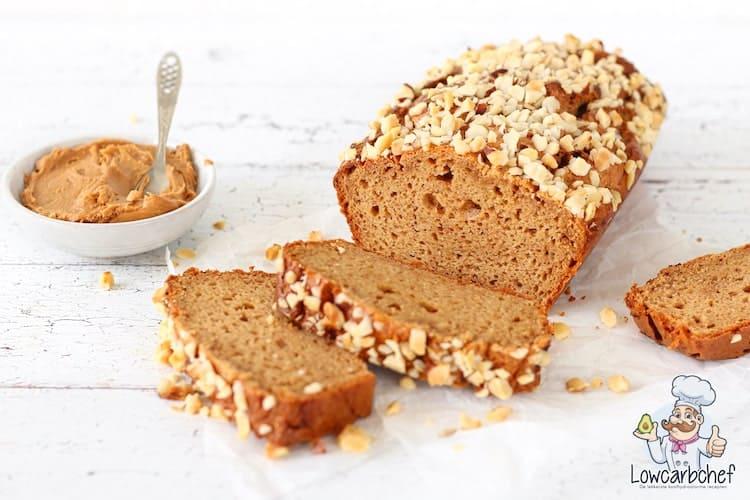 Pindakaasbrood met gehakte noten.