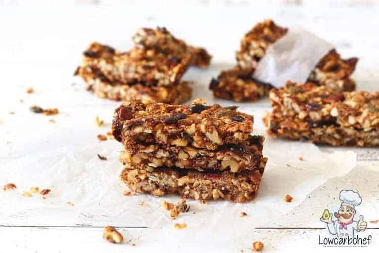 Granola bars met noten en chocolade.