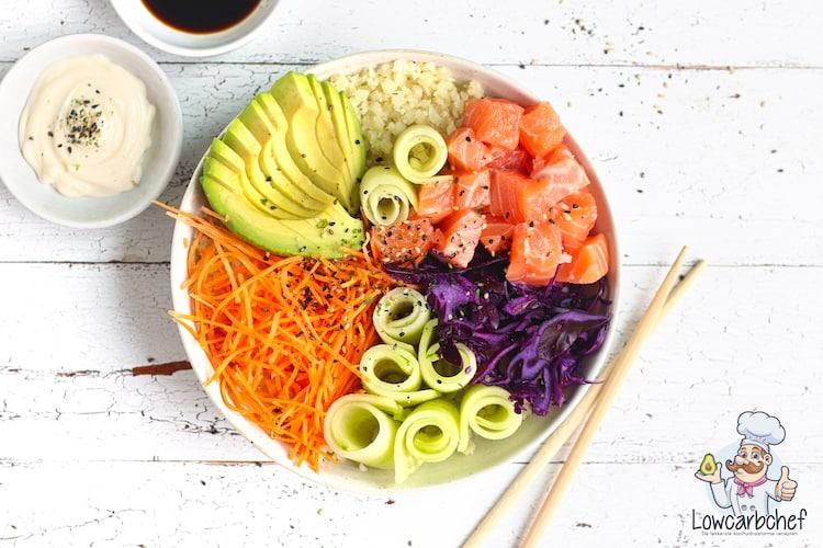 Poké bowl met zalm en bloemkoolrijst.