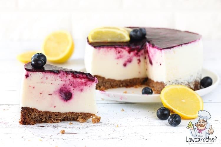Yoghurttaart met citroen en blauwe bessen.