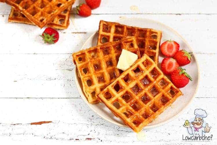 Amandelmeel wafels met boter en aardbeien.