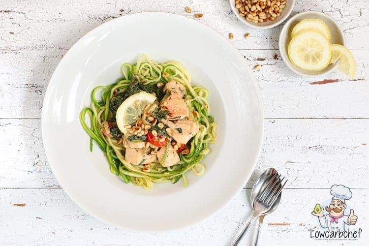 Courgette spaghetti met zalm en spinazie.