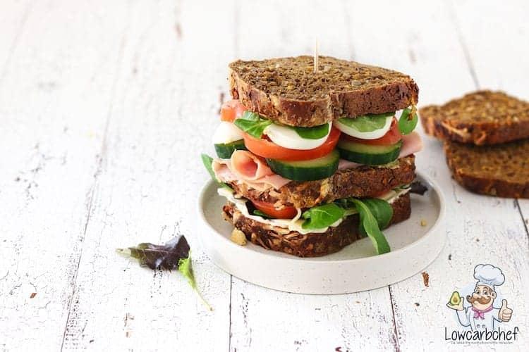Broodje gezond met kaas, ham, ei en rauwkost.