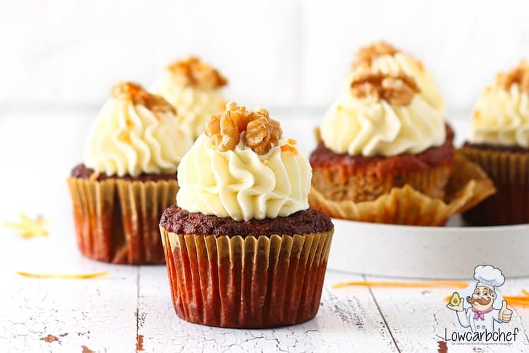 Carrot muffins met frosting.
