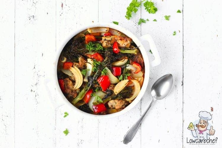 Eenpansmaaltijd met groente en kip.